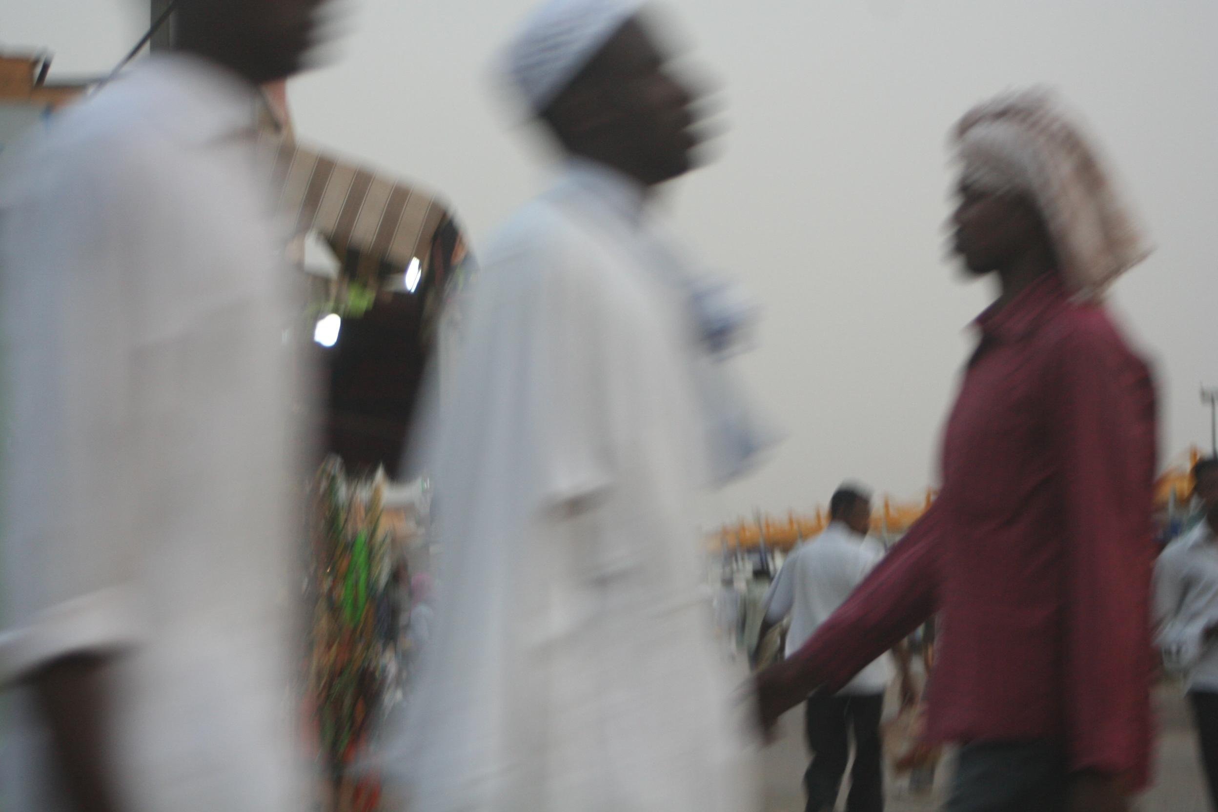 Onscherp beeld van mannen op de markt in Khartoum