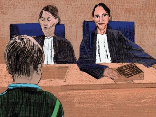 Tekening van twee rechters met een kind voor zich