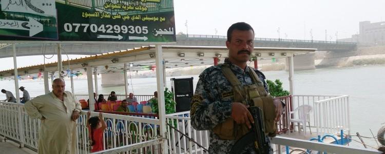 Militaire bewaker voor een rondvaartboot
